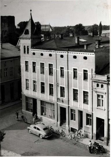 Lata 60-te, widok z wieży zegarowej Ratusza na restaurację Ratuszowa., stare zdjęcia -