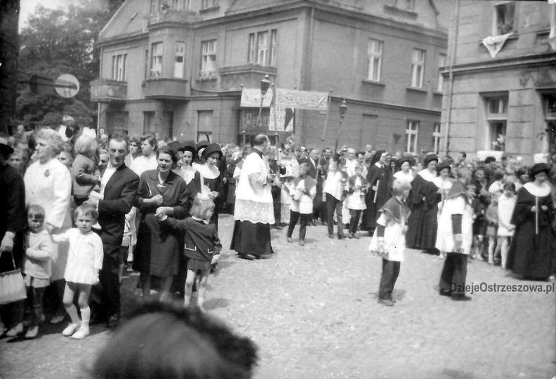 Święto Bożego Ciała, koniec lat 60-tych. Procesja idzie ulicą Boh.Stalingradu (Z..., stare zdjęcia -