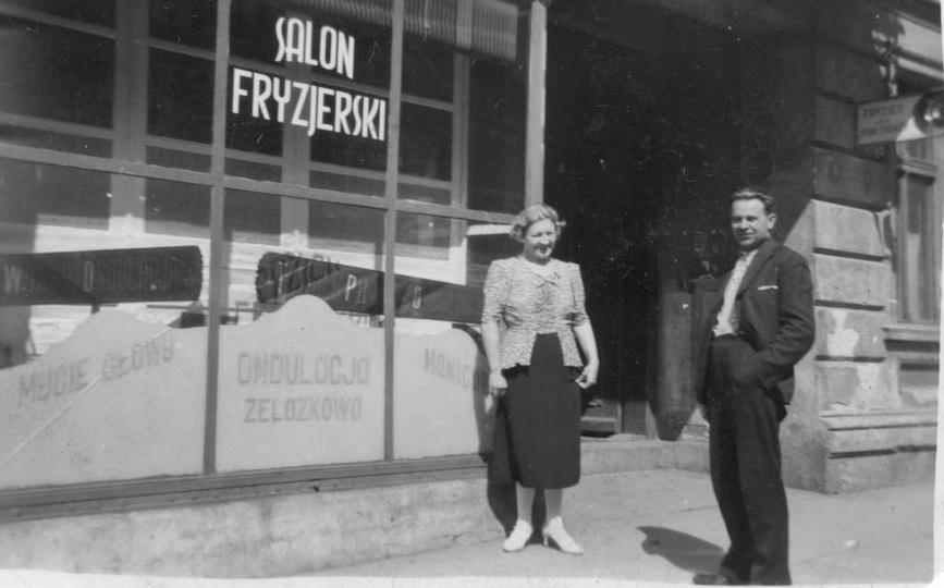 Ul. Kolejowa 19, początek lat 30-tych. Magdalena i Teodor Makiełowie przed swoim..., stare zdjęcia -