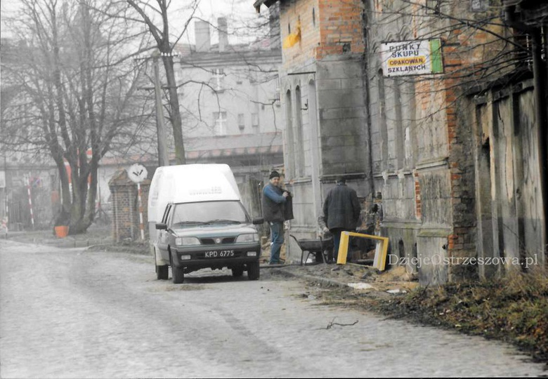 Wiosna 2000 roku, ulica Kaliska, remont Dworku. Przypominamy że nadal poszukujem..., stare zdjęcia -