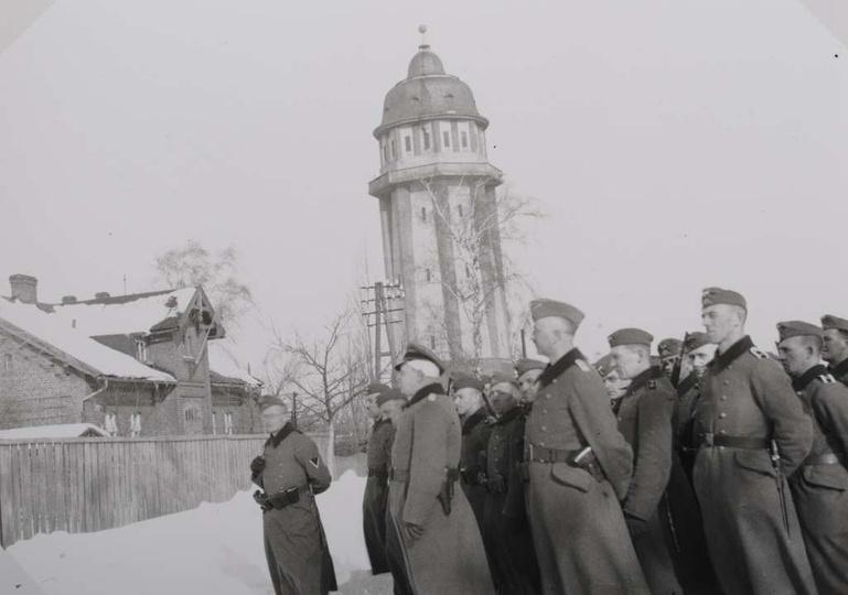 Lata okupacji niemieckiej. Grupa żołnierzy  na ulicy Horst Wessel, obok wieży c..., stare zdjęcia -
