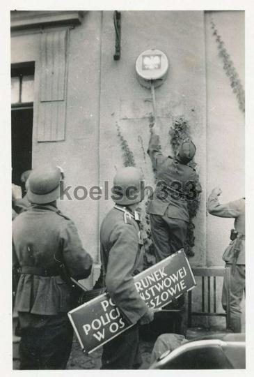 Pierwszy września 1939 roku, niemieccy żołnierze zrywają ze ściany ostrzeszowski..., stare zdjęcia -