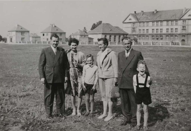 """Przełom lat 50 i 60-tych, rodziny Solarków i Matysików na spacerze w okolicy """"au..., stare zdjęcia -"""