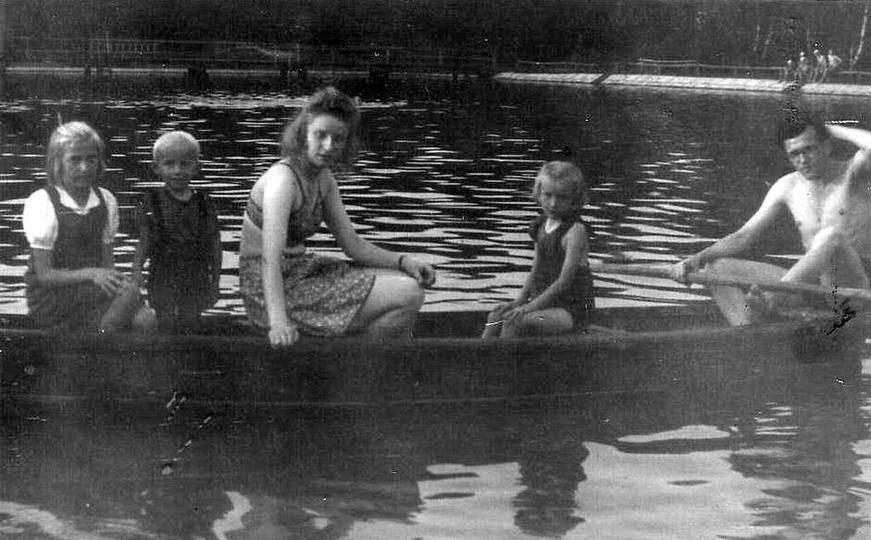 Ostrzeszowski basen, rok 1948. Z prawej: Czesław Niesobski, Krystyna Feige i Mi..., stare zdjęcia -