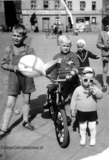 Ostrzeszowski rynek, koniec lat pięćdziesiątych. Balonik, biało-czerwona chorągi..., stare zdjęcia -