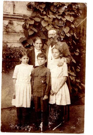 Dr Hulewicz z żoną Wandą i dziećmi Ireną, Dzierżykrajem i Anną przed domem, ok. ..., stare zdjęcia -