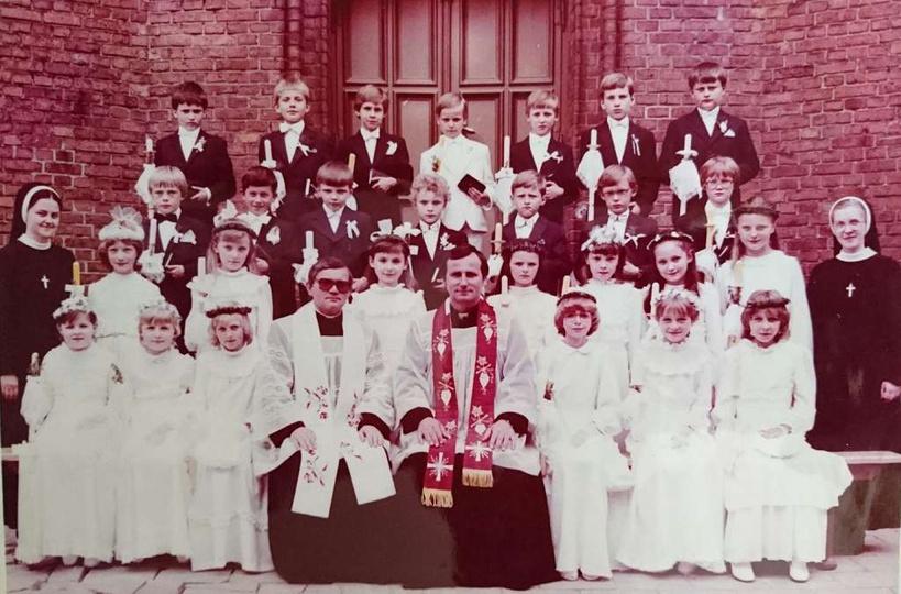 26 maja 1985. Uczniowie klasy 3A szkoły podstawowej nr 2 w Ostrzeszowie  oraz ks..., stare zdjęcia -