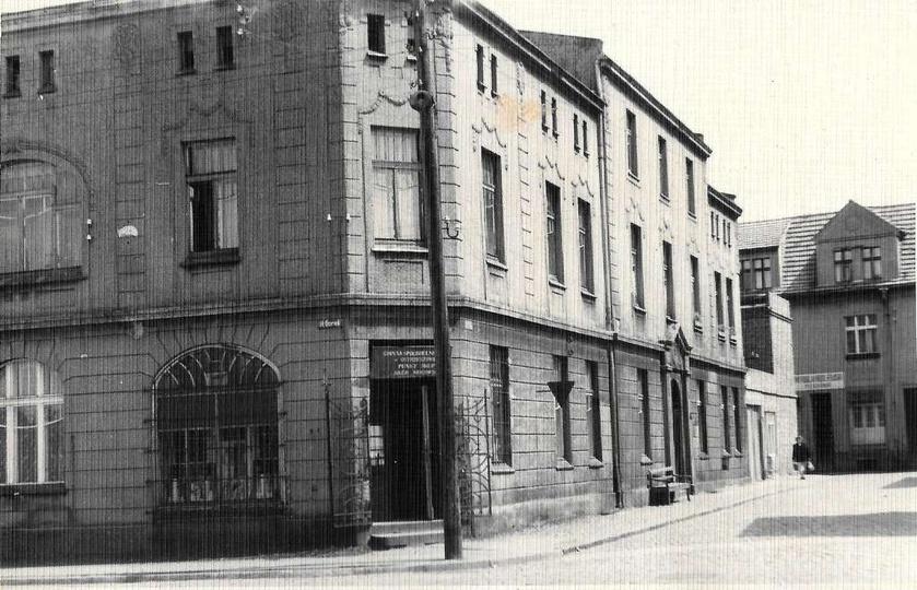 Lata sześćdziesiąte, kamienica na rogu placu Borek i ulicy Chmielnej w głębi wid..., stare zdjęcia -