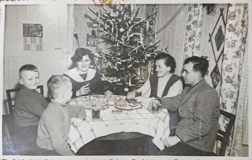 Rok 1958 lub 59. Święta Bożego Narodzenia u Państwa Andrzejewskich w kamienicy ..., stare zdjęcia -