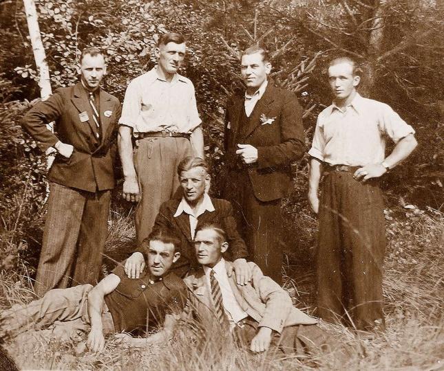 Mój ojciec Wincenty Adamski pierwszy z lewej strony z kolegami(także Czesi) w pr..., stare zdjęcia -
