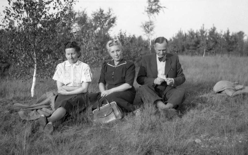 Czyżby majówka w jakimś ostrzeszowskim lesie? Pierwsza od lewej to Stanisława So..., stare zdjęcia -