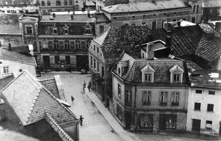 Widok z baszty na nieistniejące już kamienice, w miejscu których  zbudowano w la..., stare zdjęcia -