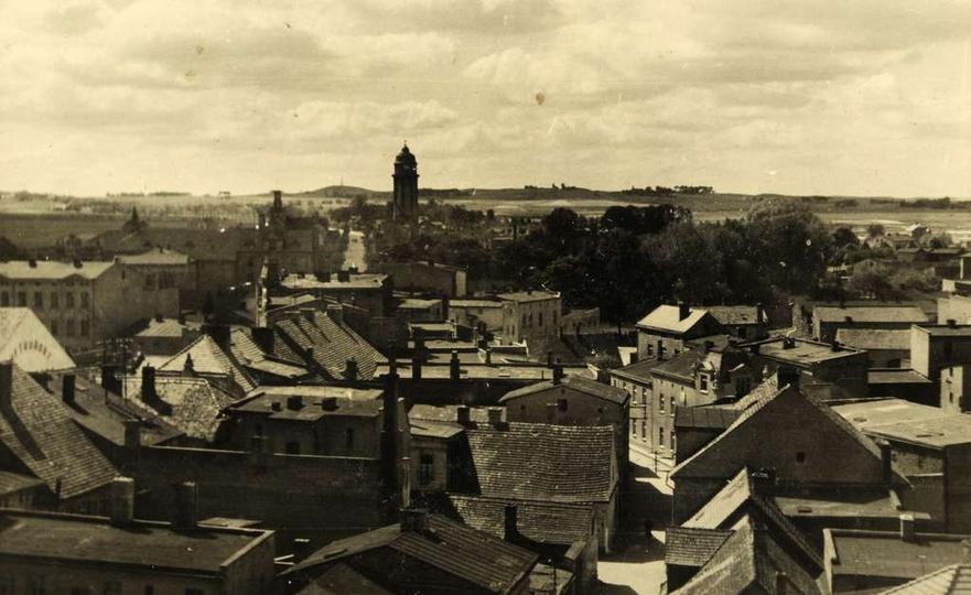 Fotografia zrobiona z baszty w czasie II wojny. Świadczy o tym reklama w języku ..., stare zdjęcia -