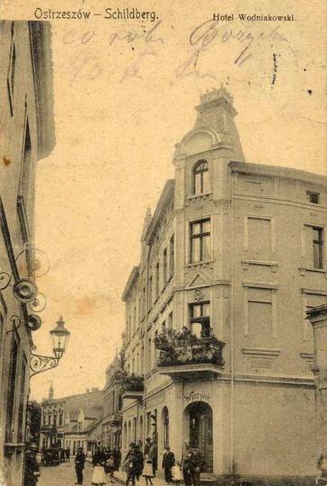 Hotel Wodniakowski, zdjęcie z początku XX-w.Po lewej stronie widać fragment kami... -