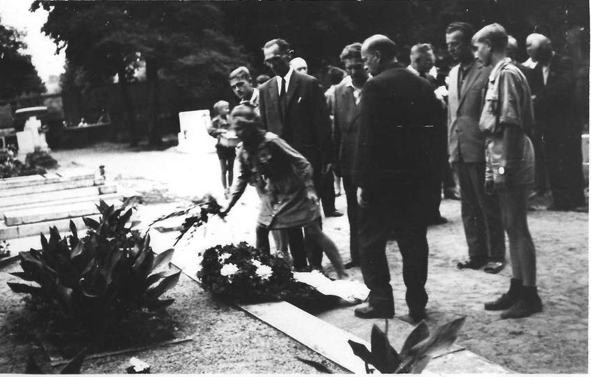 Lata sześćdziesiąte, cmentarz parafialny, delegacje składają wieńce przy mogile ..., stare zdjęcia -