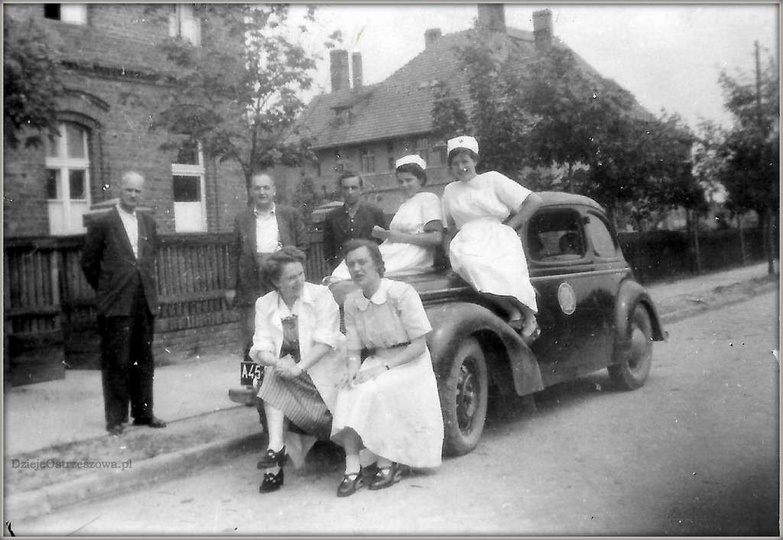 Stary szpital w Ostrzeszowie, 13.07.1952 rok. Na masce samochodu siedzą: Anna Ku..., stare zdjęcia -