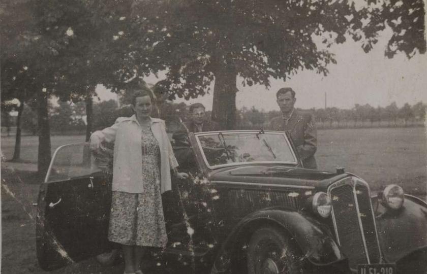 Alejki przyklasztorne, początek lat pięćdziesiątych. Przy samochodzie stoją: Hel..., stare zdjęcia -