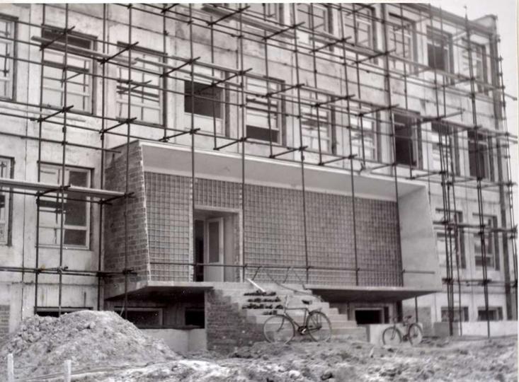 Szkoła Podstawowa nr 1. Rok 1964, roboty elewacyjne, tynkowanie ścian zewnętrzn..., stare zdjęcia -