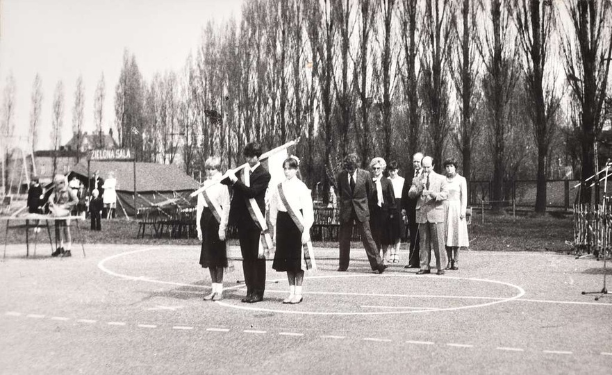 Szkoła Podstawowa nr 1. 8 maja, uroczystość wręczenia szkole sztandaru. W tyle ..., stare zdjęcia -
