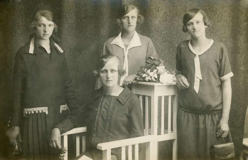 """""""Przyjaciółki""""  Tak opisała to zdjęcie moja babcia Julianna Biernat pierwsza z ... -"""