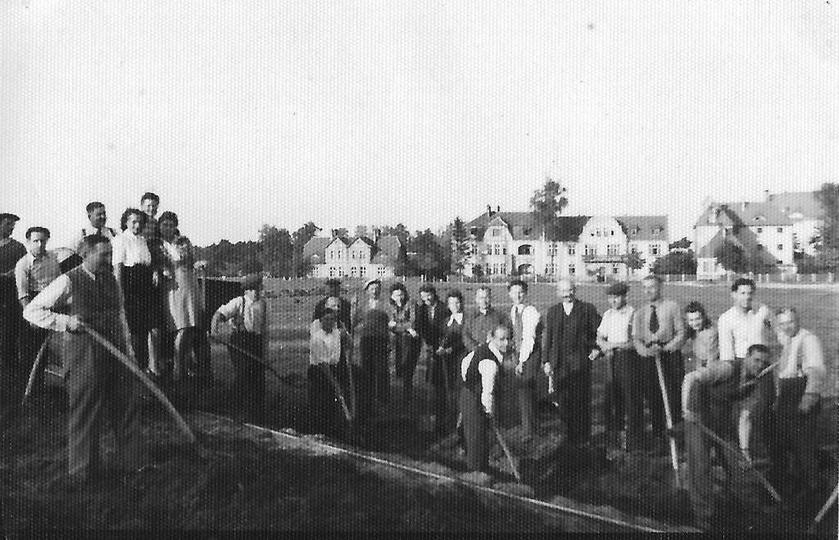 Budowa boiska przy Szkole Powszechnej (SP nr 2), prawdopodobnie koniec lat trzyd..., stare zdjęcia -