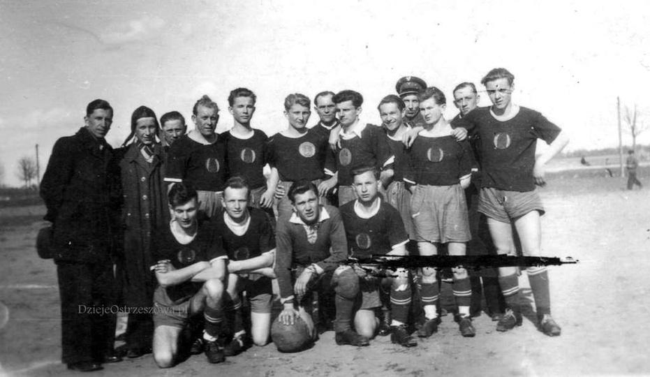 Początek lat pięćdziesiątych, piłkarze LKS-u. Ósmy od lewej stoi Stanisław Staws..., stare zdjęcia -