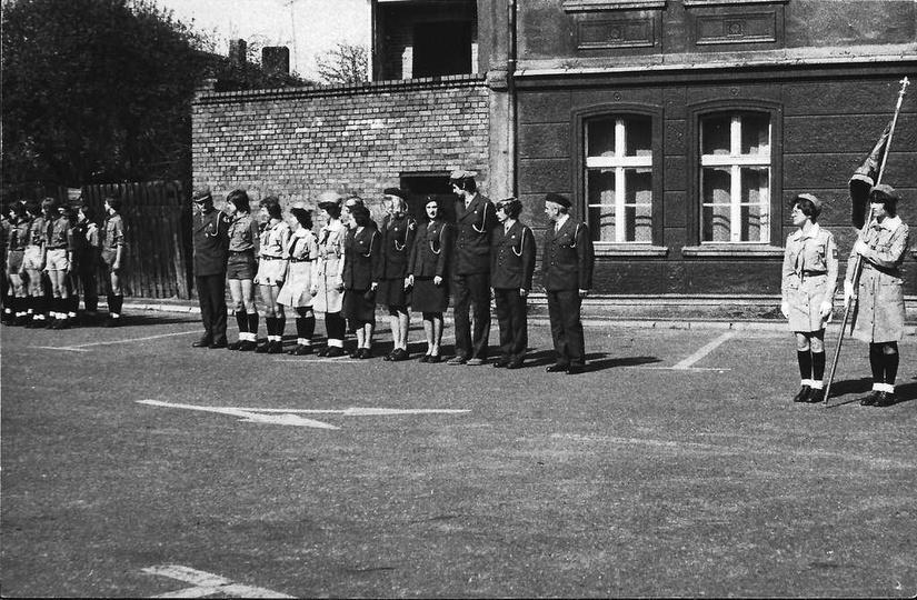Rok 1977, zbiórka harcerzy na placu Stawek przed wymarszem na pochód pierwszomaj..., stare zdjęcia -