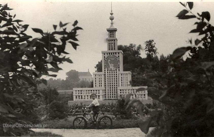 Połowa lat pięćdziesiątych, drewniana makieta Pałacu Kultury i Nauki w parku prz..., stare zdjęcia -