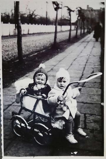 Ulica Dworcowa rok 1966. W wózku, bracia Szymańscy., stare zdjęcia -