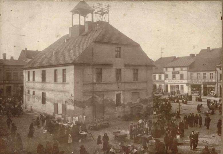 Początek XX wieku, targ na ostrzeszowskim Rynku. Zniszczona elewacja na Ratuszu ..., stare zdjęcia -