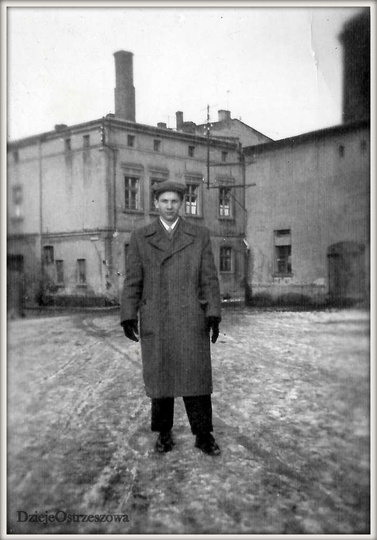 Plac Stawek w Ostrzeszowie, marzec 1955 rok.. W centralnym punkcie placu stanął..., stare zdjęcia -
