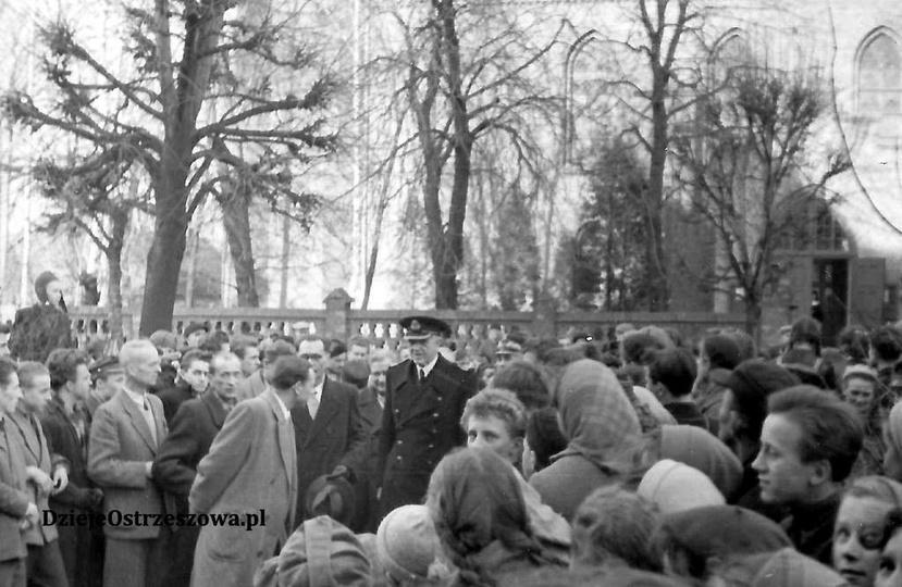 10. 01. 1958 rok, uroczystość odsłonięcia tablicy na budynku Liceum Ogólnokształ..., stare zdjęcia -