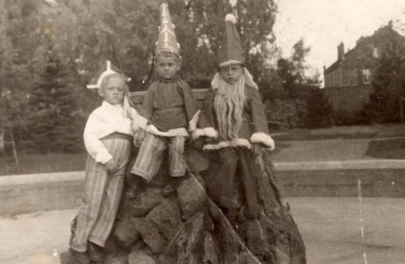 Park Miejski w Ostrzeszowie. Krasnale i jeden krakowiak przy fontannie, prawdop..., stare zdjęcia -