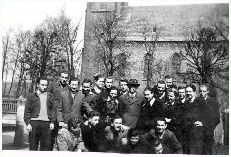 Początek lat pięćdziesiątych, grupa uczniów, prawdopodobnie z wychowawcą, pozuje..., stare zdjęcia -