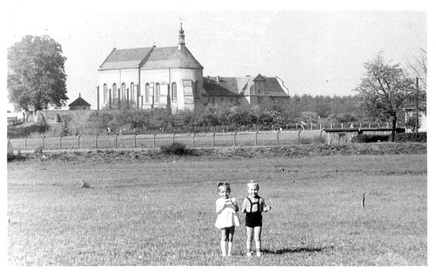 Widok na klasztorek (koniec lat 60-tych), w miejscu gdzie stoją dzieci przebiega..., stare zdjęcia -