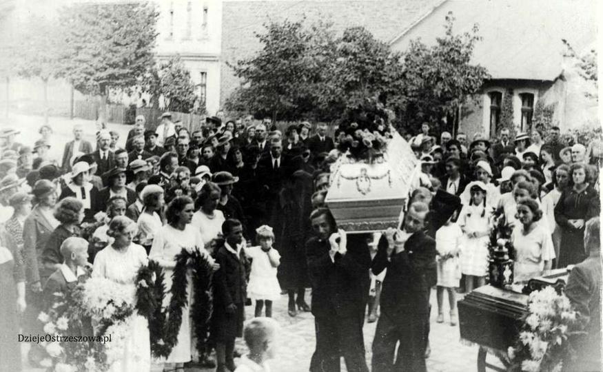 Lata trzydzieste, ulica Kościuszki. Kondukt pogrzebowy wchodzi na cmentarz., stare zdjęcia -
