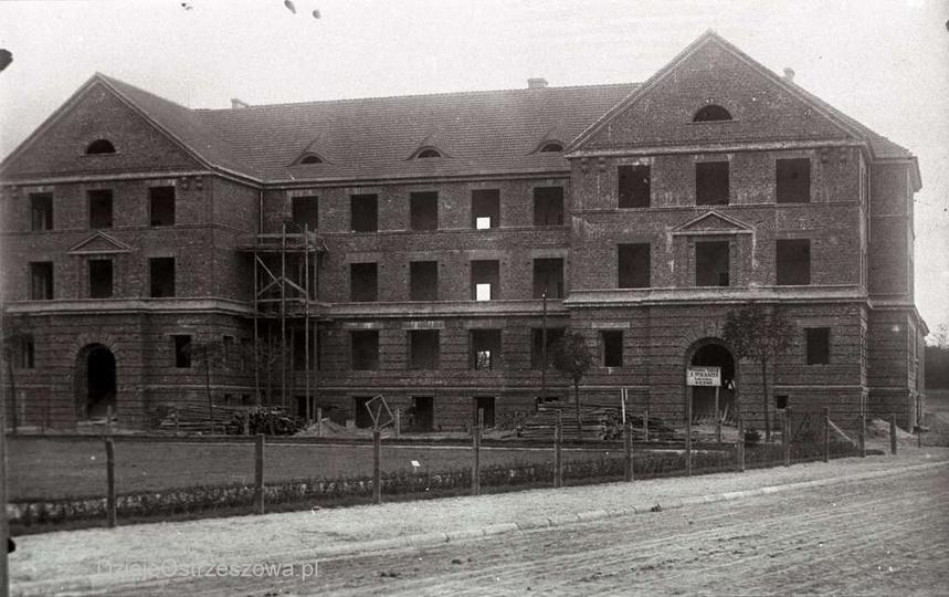 Budowa szkoły powszechnej, rok ok. 1927. Dobrze widoczna tablica z nazwą firmy b..., stare zdjęcia -