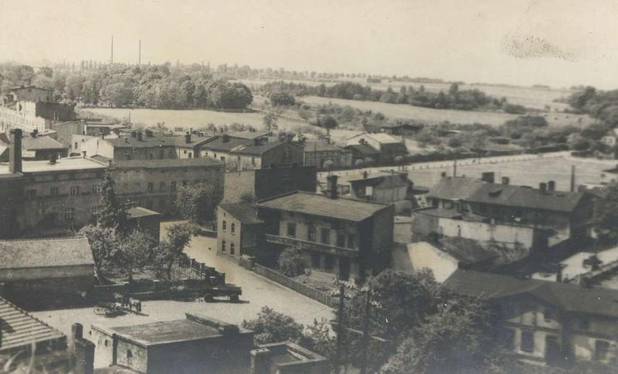 Lata pięćdziesiąte, widok z baszty na Piekary i ulicę Chmielną. Po lewej posiadł..., stare zdjęcia -