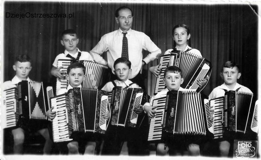 Zespół akordeonistów ostrzeszowskich, rok 1963 lub 1964.  Siedzą, od lewej: Jan..., stare zdjęcia -