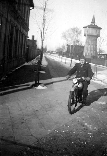 Ulica Dworcowa, lata pięćdziesiąte. Motorkiem jedzie Władysław Malski., stare zdjęcia -