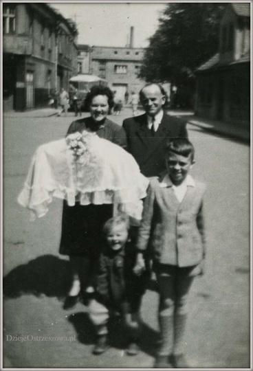 15 maja 1960 rok, ulica Świerczewskiego (obecnie Kolbego). W tyle widoczny autob..., stare zdjęcia -