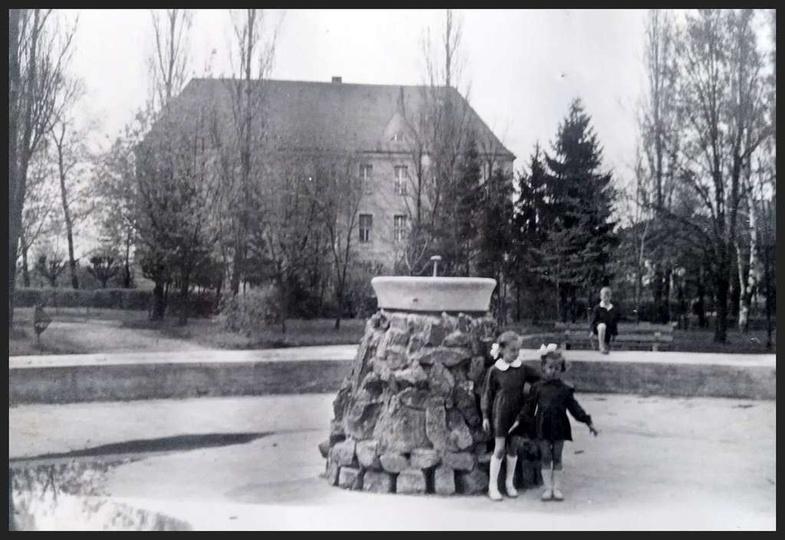 Rok ok. 1958, park miejski z fontanną i obecnym Urzędem Miasta i Gminy (przed pr..., stare zdjęcia -