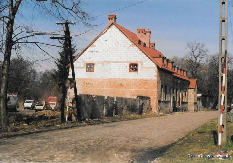 Luty 2000 roku, ulica Kaliska, remont dworku. Przypominamy, że jak publikowaliśm..., stare zdjęcia -