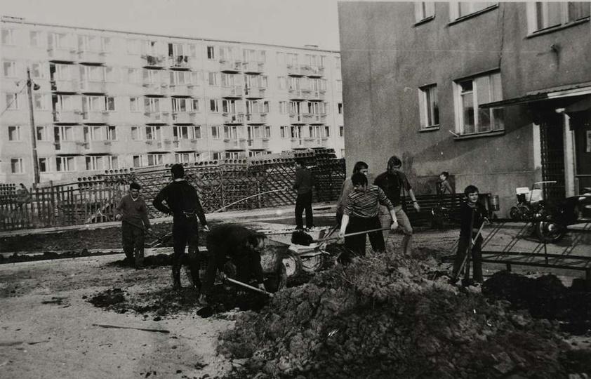 Osiedle M. Nowotki (Zamkowe). Koniec lat 70-tych, urządzanie trawników i klombó..., stare zdjęcia -