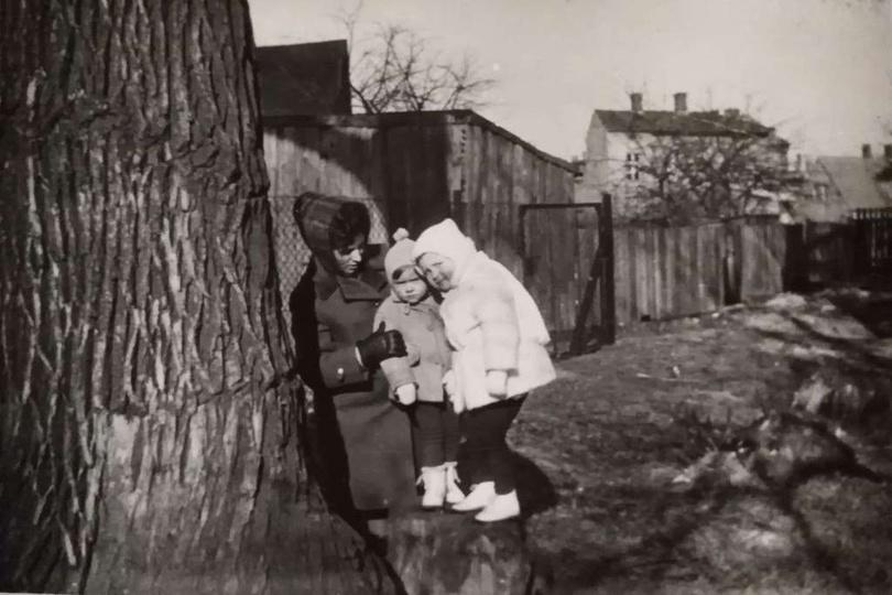 Koniec lat sześćdziesiątych. Pani Jadwiga Maciejewska z córką Ewą i sąsiadką Ter..., stare zdjęcia -