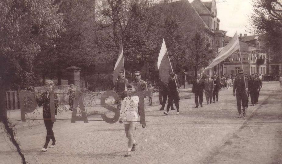 Rok 1961 w pochodzie pierwszomajowym, ulicą Boh. Stalingradu (baszta z lewej), m..., stare zdjęcia -