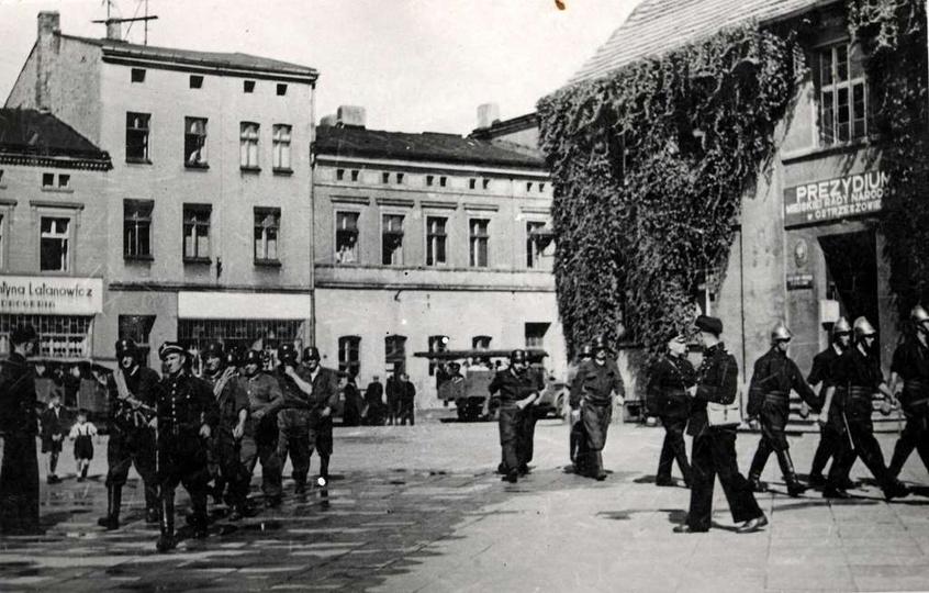 Rynek rok 1951, ćwiczenia Ochotniczej Straży Pożarnej. Po prawej stronie widoczn..., stare zdjęcia -