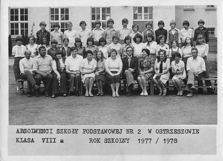 Absolwenci Szkoły Podstawowej nr 2 w Ostrzeszowie, klasa VIII a, rok szkolny 197..., stare zdjęcia -