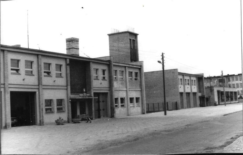Rok 1975, ulica Sportowa, widoczny budynek Powiatowej Straży Pożarnej, strażnicy..., stare zdjęcia -