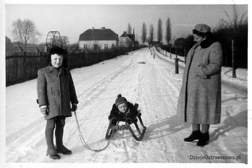 Początek lat pięćdziesiątych, ulica Pocztowa. Pani Stefania i jej synkowie pozuj..., stare zdjęcia -